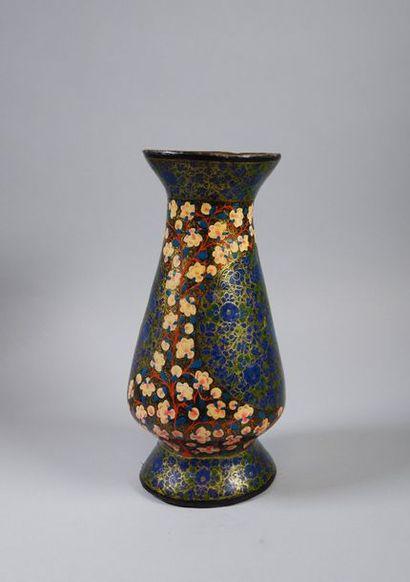 Vase balustre en papier mâché doublé de cuivre...