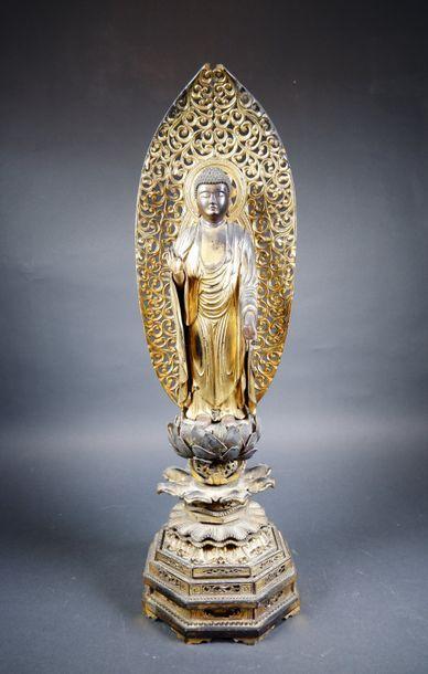 Sujet en bois laqué or représentant le Bouddha...