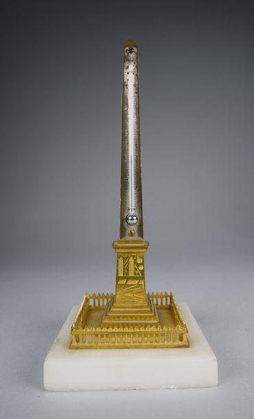 Thermomètre en bronze doré en forme d'obélisque...