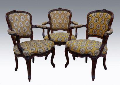 Trois fauteuils cabriolet en hêtre mouluré...