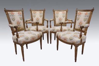 Suite de quatre fauteuils cabriolet en bois...