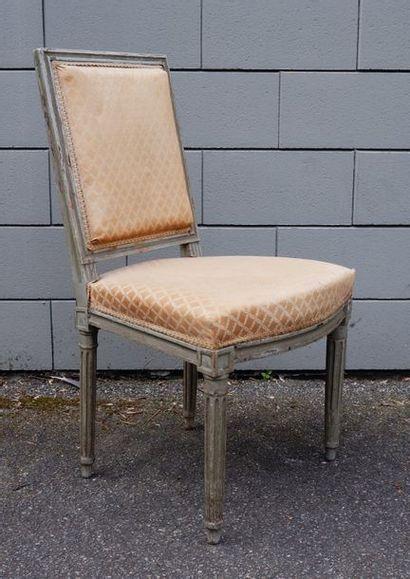 Chaise à dossier plat en bois laqué gris....