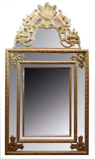 Miroir à fronton et parecloses en bois et...