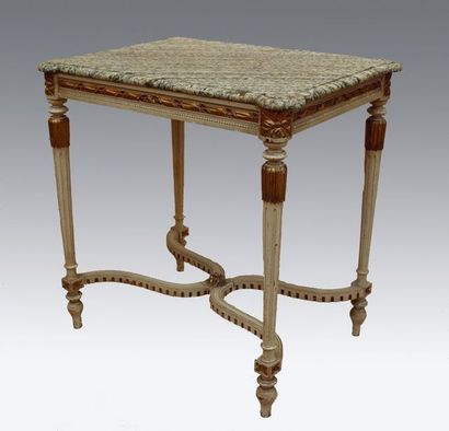 Petite table de milieu en bois sculpté, laqué...