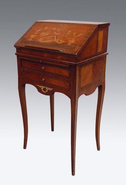Petit bureau de pente en bois de placage...