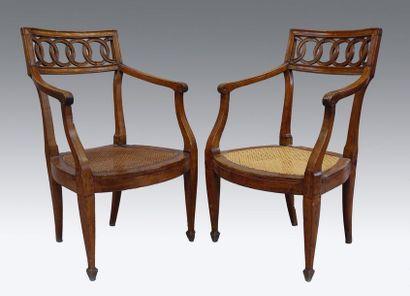 Paire de fauteuils à bandeau sculpté et ajouré...
