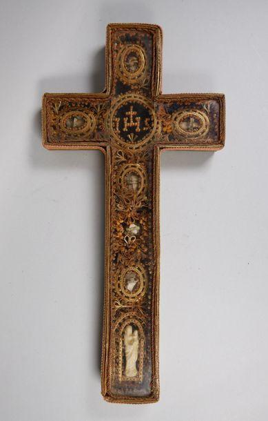 Reliquaire en forme de croix orné de paperolles....