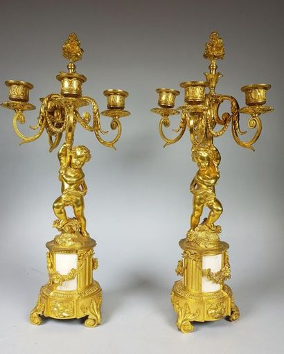 Paire de candélabres en bronze doré figurant...