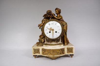 Pendule en marbre et bronze doré figurant...