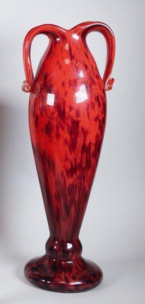 A. DELATTE à Nancy Grand vase en verre rouge...