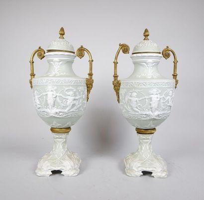 Paire de vases couverts en porcelaine à décor...