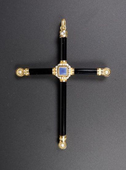 Pendentif formant une croix en or jaune 18K...