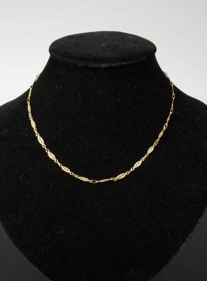 Collier en métal doré à motifs de mandorles...