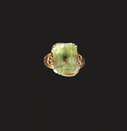Bague en or jaune 18 K (750°/°°), l'anneau...