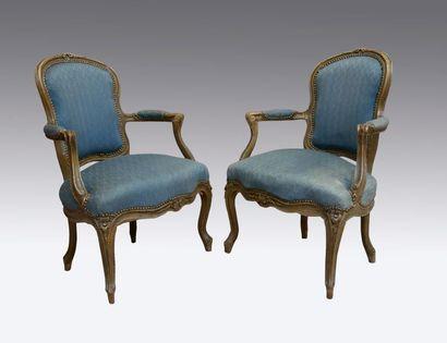 Paire de fauteuils cabriolet en bois sculpté...