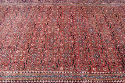 Important tapis persan en laine à motifs...