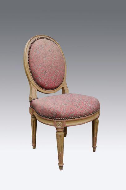 Chaise en bois laqué crème à dossier médaillon...