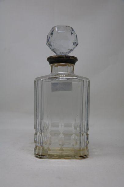 Carafe en verre taillé monture en argent (950 millièmes)  Poids brut: 1826 g