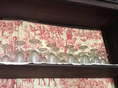 Partie de service de verres gravés de fleurettes...