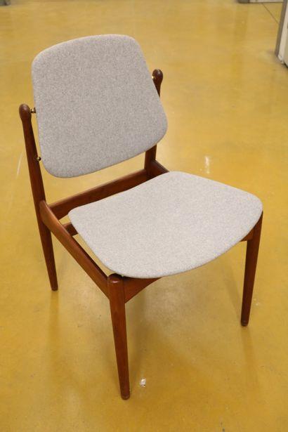 """Arne VODDER (1926-2009)  Paire de chaises """"FD 185"""", palissandre et laiton, recouvert..."""