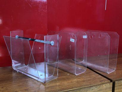 Trois porte-revues en plexiglas transparent Circa...