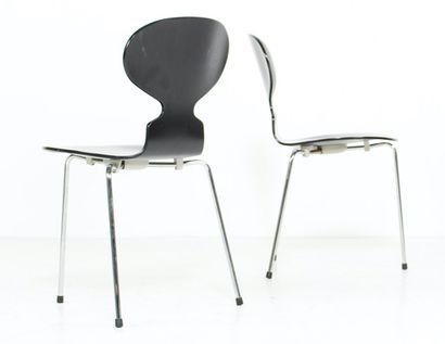 """Arne JACOBSEN (1902-1971)  Six chaises """"Fourmi"""", frêne teinté noir et piètement..."""