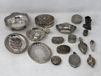 lot en métal comprenant:  - une petite coupe...