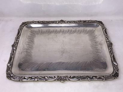 Plateau en métal argenté, fond ciselé à décor...
