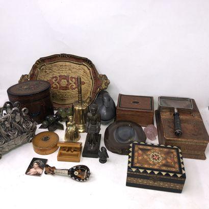 lot d'objets divers, dont:  - deux boites...