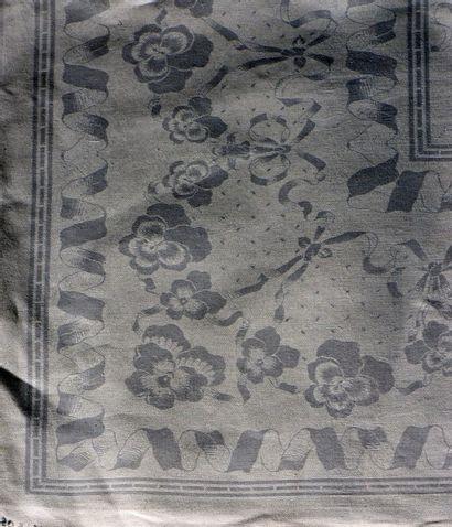 Deux nappes damassées et leurs dix-sept serviettes,...