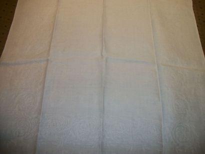 Douze serviettes damassées, semis de couronnes...