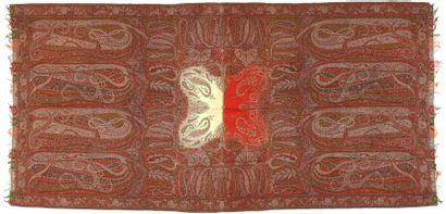 Châle long, France, vers 1890, fond rouge,...