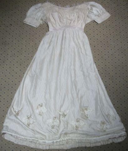 Robe à taille haute, vers 1900, damas blanc,...