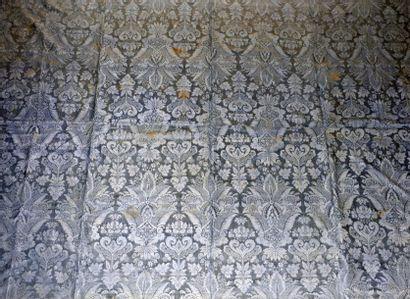 Panneau de damas bleu Nattier, vers 1710, décor « à la dentelle » d'une gerbe de...