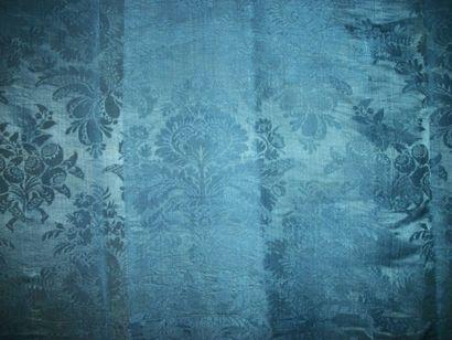 Panneau de damas bleu Nattier, époque Louis...