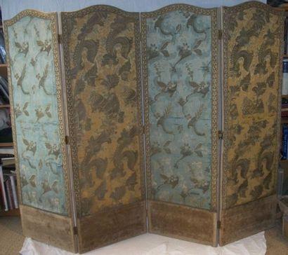 Paravent, XIXème siècle, à quatre feuilles garnies deux modèles de lampas « bizarre...