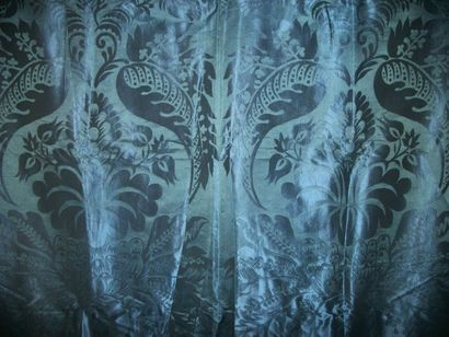 Rideau de damas bleu, style Louis XIV, décor...