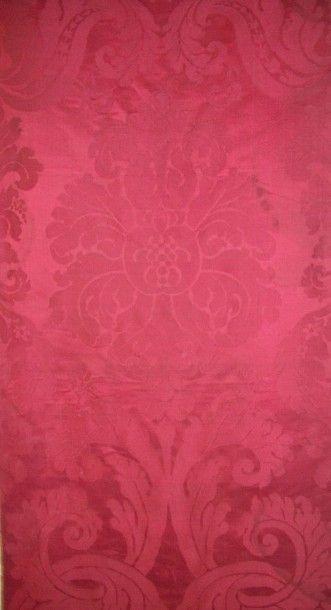 Laize de damas cramoisi, époque Napoléon III, décor en pointe d'une fleur épanouie...