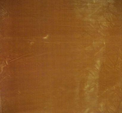 Métrage de velours de soie vieil or, à sonnettes....