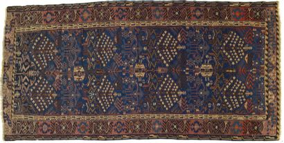 Kilim, Caucase, fond bleu, décor d'arbres et de S, bordure rouge de motifs stylisés....