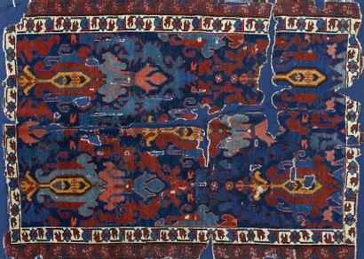 Tapis Kouba, fin XVIIIème siècle, fond bleu, décor de fleurs, bordure crème de guirlandes...