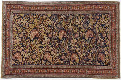 Kilim Senneh, XIXème siècle, fond bleu, décor de fleurs et palmes, bordure rouge...