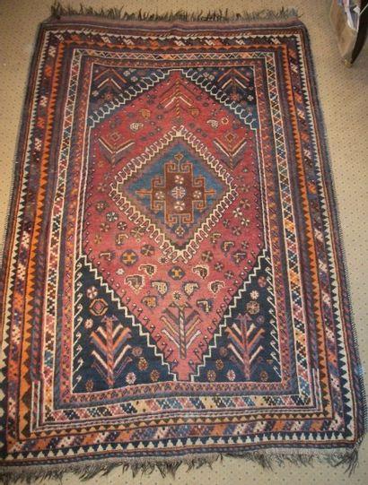 Tapis Luri, fond rouge, décor d'un médaillon...