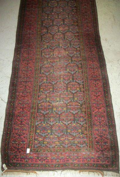 Galerie, Nord Ouest de la Perse, fond noir, décor de gerbes de fleurs, bordure rouge...