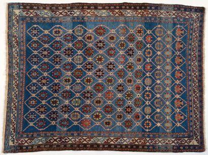 Tapis Chirvan, XIXème siècle, fond bleu,...