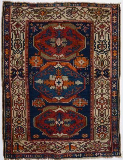 Tapis Chirvan, XIXème siècle, fond bleu, décor de trois médaillons alternativement...