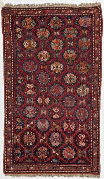 Tapis Kouba, Caucase, vers 1880, fond bleu, dense décor de médaillons dans un réseau...
