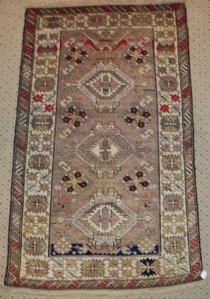 Tapis Chirvan, fin XIXème siècle, fond gris, décor de trois médaillons, bordure...