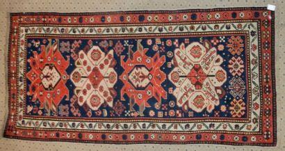 Tapis Caucase, fin XIXème siècle, fond bleu,...
