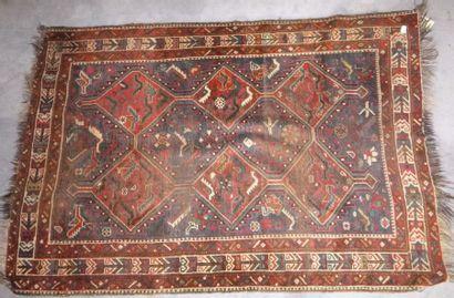 Tapis Nord Ouest de la Perse, fond bleu, décor de deux rangées de triple médaillons...